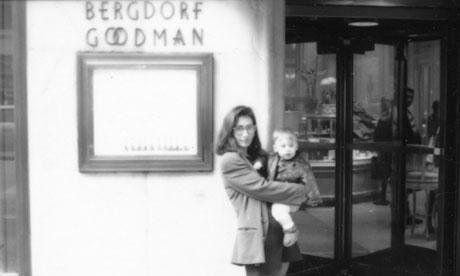 Бобби Браун с ее сыном возле Бергдорф Гудман