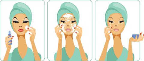 Женщина снимает макияж, производит демакияж
